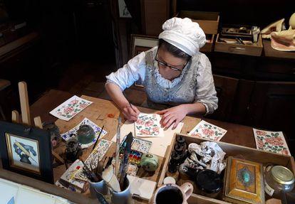 Una artesana trabaja en su taller en Puy du Fou.