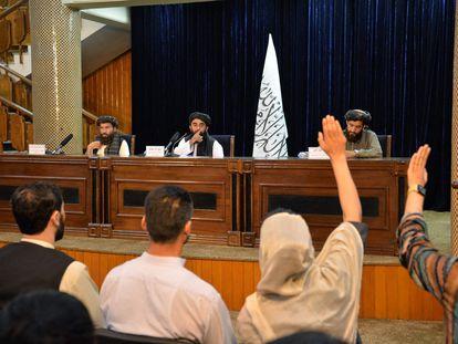 El portavoz talibán Zabihullah Mujahid durante una rueda de prensa este martes en Kabul.