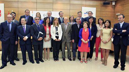 La ministra de Sanidad, Leire Pajín (en el centro con chaqueta blanca), con los miembros del Consejo Interterritorial de Salud, ayer en Madrid.