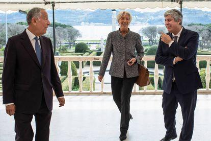 Presidente de Portugal, Marcelo Rebelo de Sousa, junto al ministro de Finanzas, Mário Centeno, y la directora del FMI, Christine Lagarde.