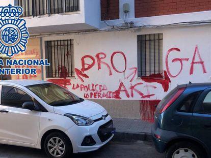Pintadas en la pared que apuntan a la vivienda en la que supuestamente se vendía droga, en Cádiz.