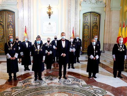 El rey Felipe VI, junto al responsable del Tribunal Supremo, Carlos Lesmes, y a jueces y magistrados.