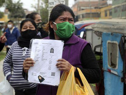 Una mujer sostiene la foto de su hija que murió durante la operación policial en Lima, Perú. MARTÍN MEJÍA (AP)