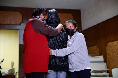 Raúl y María abrazan a su hijo, menor de 15 años presuntamente abusado por diputado Benjamín Saul Huerta.