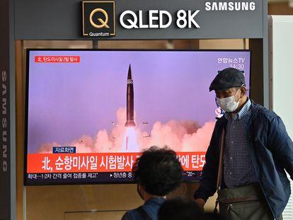 Un grupo de gente mira una emisión de noticias en una estación de tren en Seúl, después de que Corea disparara dos misiles balísticos al mar este miércoles