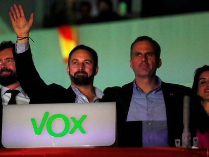 De izquierda a derecha: Iván Espinosa de los Monteros, Santiago Abascal, Javier Ortega Smith y Rocío Monasterio en la sede de Vox el 10-N.
