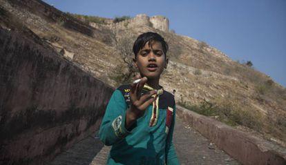 Un niño fuma en las inmediaciones de Jaipur, capital de Rajastán, uno de los estados más empobrecidos de India.