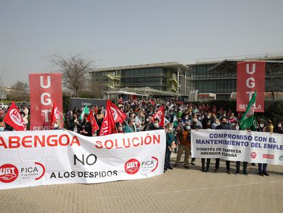 Cientos de trabajadores de Abengoa y delegados sindicales, en la concentración de este martes en la sede de la empresa en Sevilla.