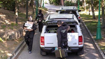 Miembros de la Policía Nacional registran vivienda del empresario José Luis Moreno en Boadilla del Monte, este martes.