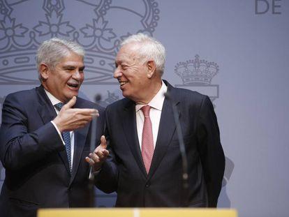 El ministro de Asuntos Exteriores, Alfonso Dastis, junto a su antecesor, José Manuel García-Margallo (derecha).
