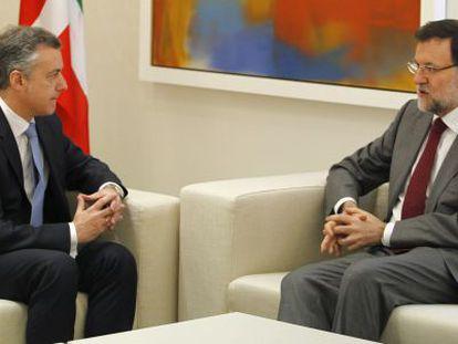 Rajoy (derecha) conversa con Urkullu, hoy en La Moncloa.