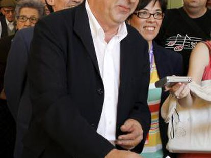 El candidato de Izquierda Unida a la Presidencia de la Comunidad de Madrid, Gregorio Gordo, depositó su voto.