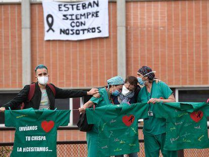 Trabajadores del Hospital Severo Ochoa de Leganés (Madrid) rinden homenaje a un compañero fallecido con coronavirus.