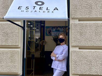 Estela Gutiérrez, en la puerta de su pastelería.