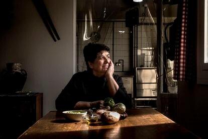Febrero de 2021 - Reportaje con la cocinera Rosa Tovar en losfogones de la cocina del Euskal Etxea-Hogar Vasco de Madrid.Receta Piernas de conejorellenas de muselinacon pistachosy piñonesCon salsa de chocolate, puréde batata y habas con lechuga