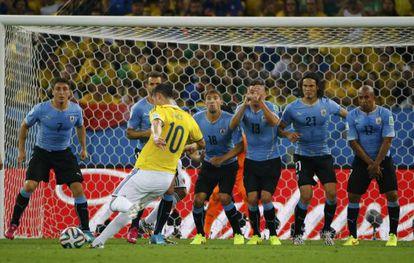 James dispara un tiro libre frente a Uruguay