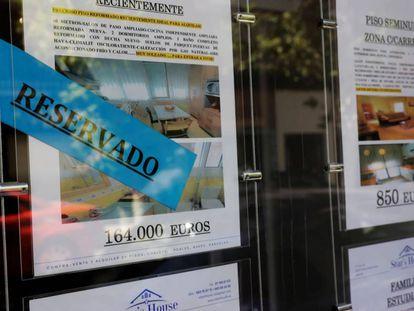 Anuncios de venta de pisos en el escaparate de una inmobiliaria de Madrid.