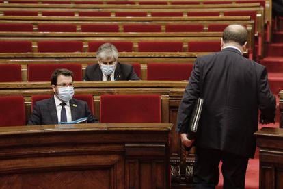 Pere Aragonès, sentado, en el pleno del Parlament, este miércoles.