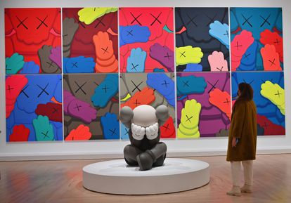 Obras de arte del artista y diseñador estadounidense KAWS (Brian Donnelly), de la exposición 'KAWS: WHAT PARTY' en el Museo de Brooklyn.