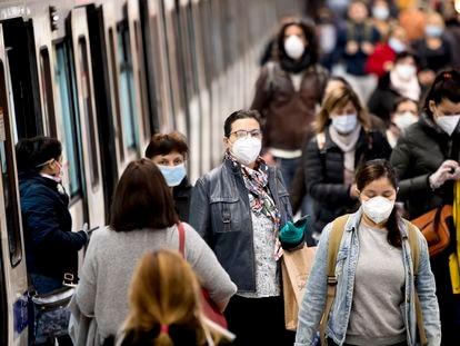 Pasajeros con mascarillas en el metro de Barcelona, en abril del año pasado.