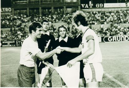 Tonono y Beckenbauer se saludan antes de un partido entre el Bayern de Munich y Las Palmas en 1972.