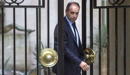 El presidente de la UMP, Jean-François Cope abandona la sede del partido, tras su dimisión este martes.