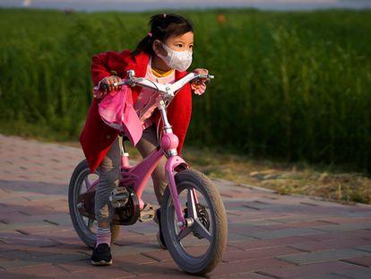 Una niña monta en bicicleta tras levantarse el confinamiento en Wuhan, el 12 de abril.
