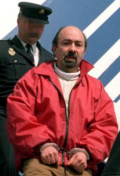 Rafael Caride Simón, llega esposado al aeropuerto de Barajas, en marzo de 2000.