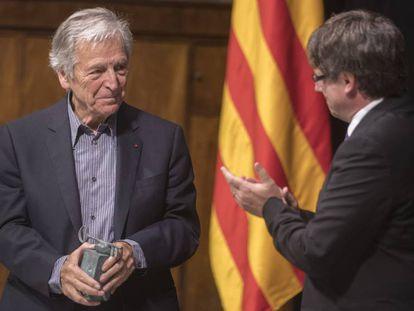 El presidente Carles Puigdemont, apaludiendo ayer al director de cine Costa-Gavras tras recibir el Premio Internacional Cataluña en el Palau de la Generalitat.