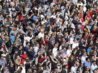 Una multitud de gente ocupa la plaza del Ayuntamiento de Valencia el pasado mes de marzo.
