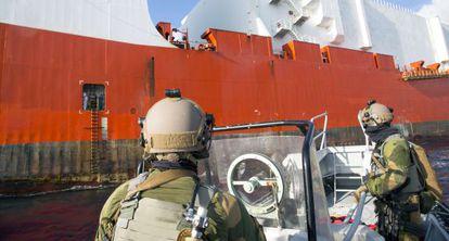 Miembros de las Fuerzas Armadas de Noruega escoltan un barco con arsenal químico de Siria a inicios de enero.