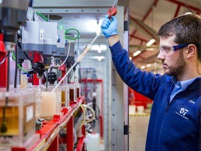 Un trabajador del Centro Tecnológico de Técnicas Reunidas en San Fernando de Henares (Madrid).