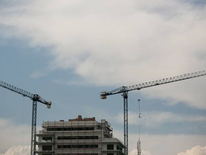 Grúas en una promoción de viviendas en Barcelona.
