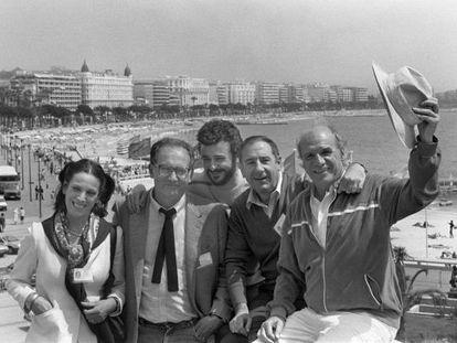 Desde la izquierda, Terele Pávez, Mario Camus, Juan Diego, Alfredo Landa y Francisco Rabal, en Cannes en 1984 presentando 'Los santos inocentes', donde Landa y Rabal obtuvieron el premio a la mejor interpretación masculina.