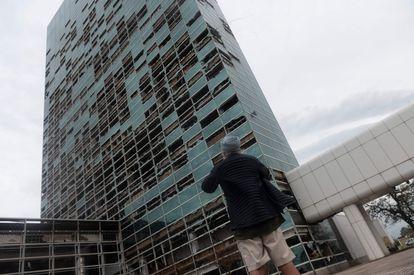 El edificio Capitol One Tower de la ciudad de Lake Charles, tras el paso del huracán Laura, este jueves.