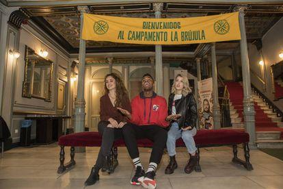 De izquierda a derecha, Erika Bleda, Famous y Nerea Rodriguez, participante en el musical La Llamada, en el teatro Lara.