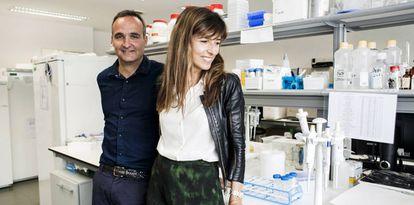 Megía y Manterola, en un laboratorio oncológico financiado por CRIS en el hospital Doce de Octubre.