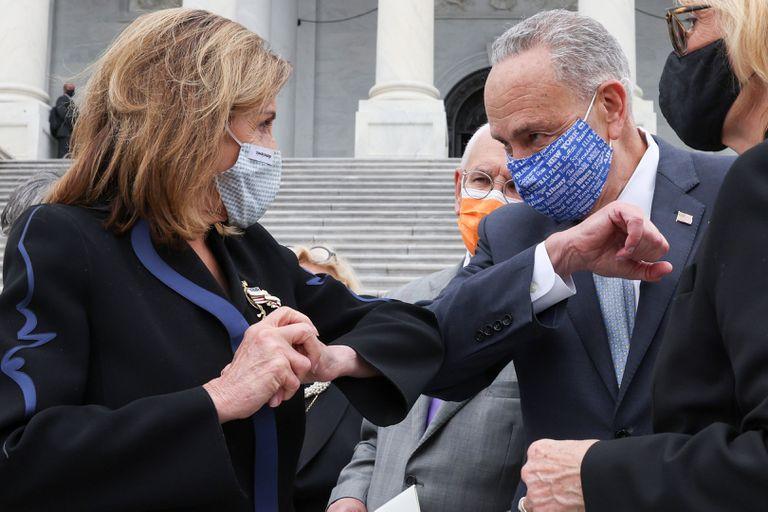 Los demócratas Nancy Pelosi y Chuck Schumer se saludan en el Capitolio.