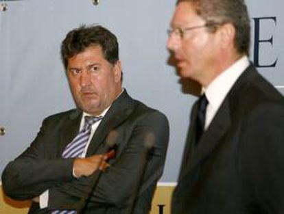 El alcalde de Madrid, Alberto Ruiz-Gallardón (c), junto al presidente de Hotusa, Amancio López (iz). EFE/Archivo