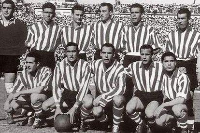 Agachados, los cinco futbolistas que compusieron la delantera mítica del Athletic. De izquierda a derecha, Iriondo, Venancio, Zarra, Panizo y Gaínza.