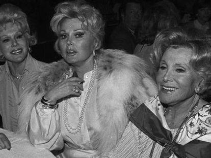 Zsa Zsa Gabor (centro), junto a su hermana Eva (izquierda) y su madre Jolie.