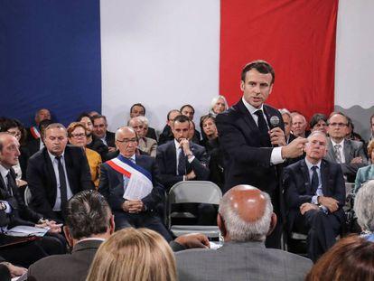 El presidente Emmanuel Macron durante el debate en Cozzano, en la isla de Córcega