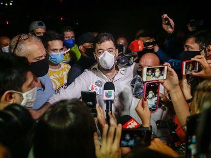 Roberto Marrero, jefe de la oficina de Juan Guaidó, habla con los periodistas tras el indulto de Maduro.