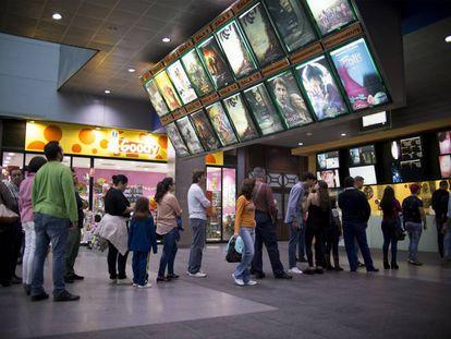 Colas en los cines Al-Andalus en Bormujos, Sevilla, ayer.