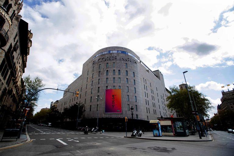 El edificio de El Corte Inglés, que ha presentado un ERTE para todos sus centros españoles, en la plaza Catalunya.