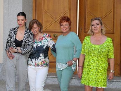 María Teresa Campos con sus hijas Terelu y Carmen Borrego y su nieta Alejandra Rubio (a la izquierda), en su casa el pasado junio, con motivo del 79 cumpleaños de la periodista.