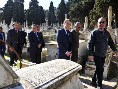 Emmanuel Macron, tercero desde la derecha, camina en Argel entre las tumbas del cementerio Bologhine, el pasado martes.