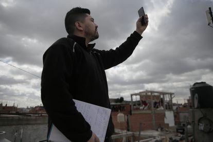 Nelson Santacruz, comunicador de Garganta Poderosa y vecino de Villa 21-24, tuvo que trepar al techo de su casa para conectarse a internet para un examen.