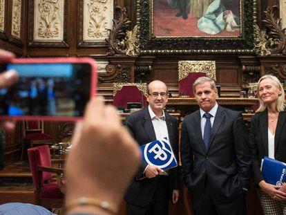 Javier Mulleras, Alberto Fernández Díaz y Àngels Esteller, en el salón de plenos del Ayuntamiento