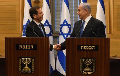 El primer ministro Benjamín Netanyahu saluda el nuevo presidente de Israel tras su elección por la Kneset este miércoles.